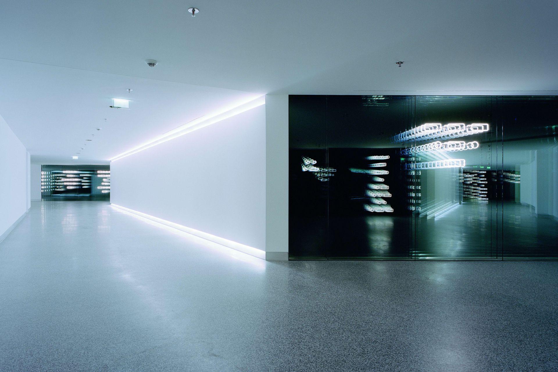 Brigitte Kowanz: Licht bleibt bei sich / kennt keinen Ort / ständig in Veränderung / mit seiner Umgebung, 2003 - 2005 Foto: Stefan Schilling
